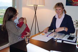 CM_Web_FrauBaby-am-Tisch
